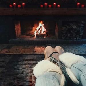 Magical moments in my Inuit Boots #cozy #apreski  .Now with special Discounts •<<// 💃 DESCUENTOS ESPECIALES . . • 🎇 Check our webshop out // Visita nuestra web y descubre nuestros descuentos  . 🌏 www.emonkibiza.com 🌏 . . .  #Ibiza #ski #snow #aspen #montblanc
