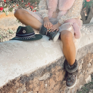 🌸🍁🌺A soul full of sunshine ✨☀️💕#autum in #ibiza in our Alaska boots 😍 available online now and with special discounts 🛍 #blackfridaymonth 🛍 . #emonkclassics ✌🏻💓   www.emonkibiza.com  . #verbier #snow #fun #boho #ugg #moonboots